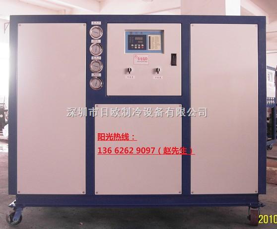 ——冷水机--冷水机种类及特点: ——一、水冷式冷水机--产品特点: 水冷式冷水机产品特点:本系列冷水机,冰水机,冻水机,冷却机,冷冻机均采用多机联用技术,使得冷水机性能更佳。 1、性能稳定:采用多个压缩机并联使用,每个压缩机自带一个独立的制冷回路,即蒸发器、冷凝器也完全独立;所有压缩机由统一的微电脑控制系统指挥,逐个开、关机,相互之间绝不会相互干扰,加上该品牌机全部采用原装正品制作,单机故障率极低,综合以上原因,可以保证该系列机有着高度稳定的性能,在长年连